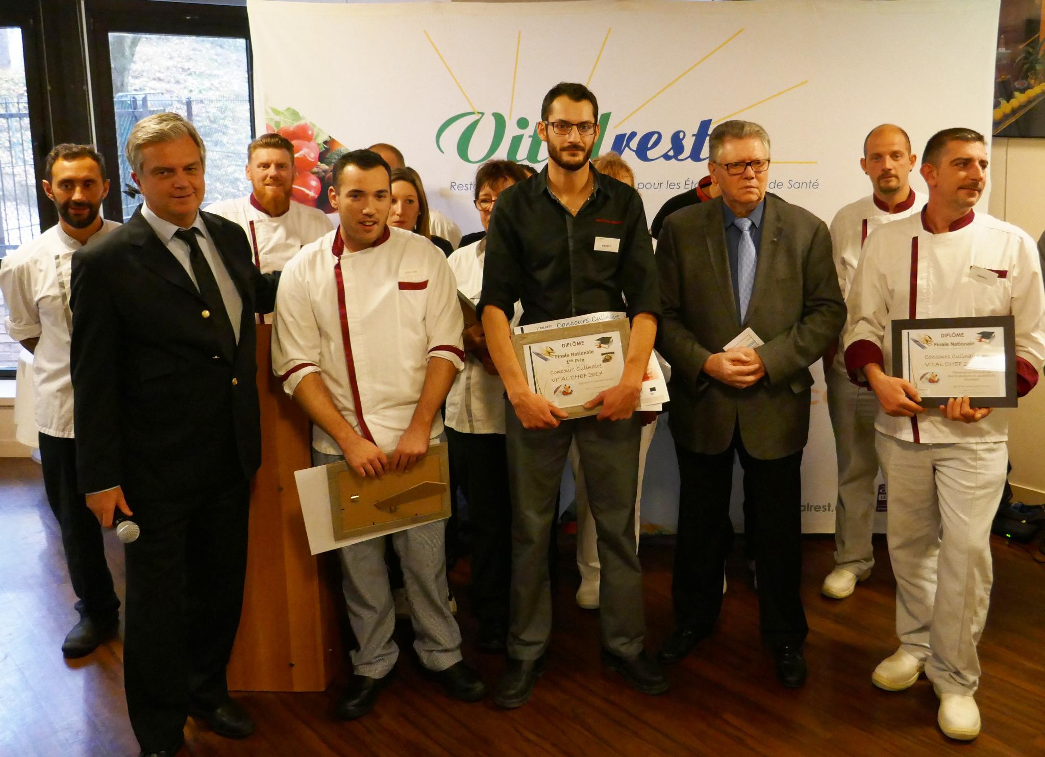 Photo des gagnants du concours en compagnie de M. Poulenc et des autres participants